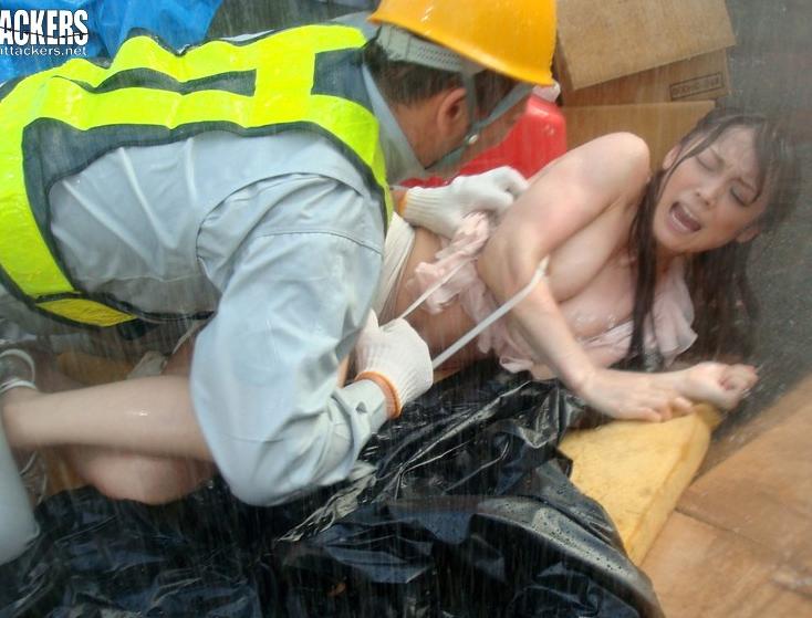【※中出しレイプ※】逃げる若妻が雨の中で作業員に襲われ野外挿入強姦の餌食に…!