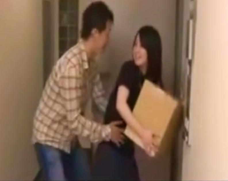 【※強姦※】誤配達されてきたお隣さんの荷物!両手がふさがった隙に襲い掛かり強制挿入強姦…!