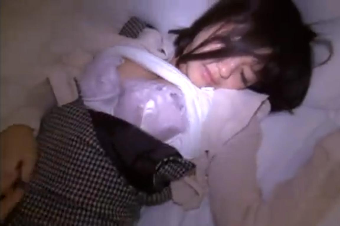 【※強姦※】酔い潰れたのか朦朧としている女をホテルに連れ込み容赦なく挿入強姦…!