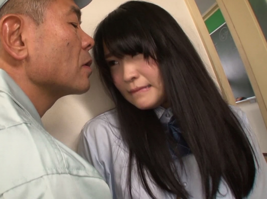 【※JKレイプ※】高校の用務員に弱みを握られ襲われる!脅迫され逃げられないJKに無理やり挿入強姦…!