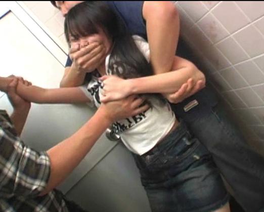 【※中出し強姦※】祖母とパチンコ屋に来ていた娘がクズ男達に襲われ無理やり挿入中出し強姦…!
