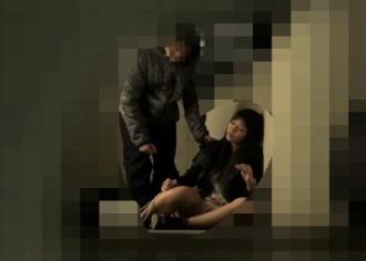 【※人妻レイプ※】夜の繁華街で酔い潰れていた人妻を連れ去り容赦なく挿入強姦…!
