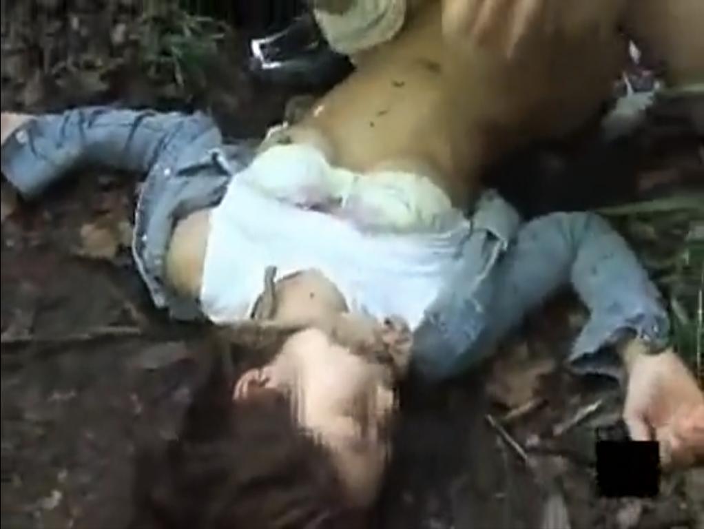 【※強姦※】公園を歩くショートパンツの女を茂みに連れ込み手荒く挿入強姦…!