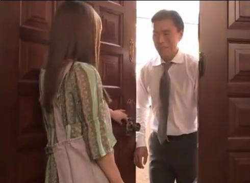 人妻が新聞勧誘の男に襲われ力尽くで中出しレイプの餌食に…!