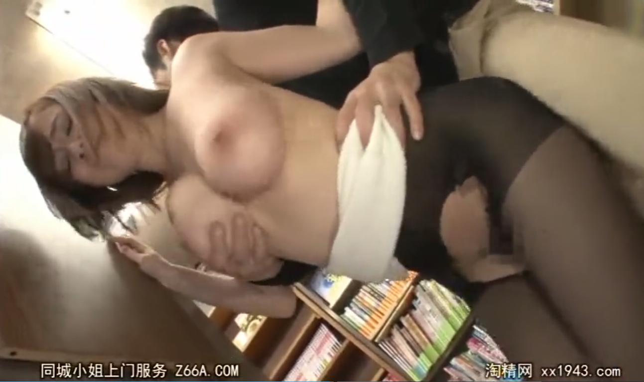 本屋で立ち読み中の巨乳女を店内で襲い中出しレイプ…!
