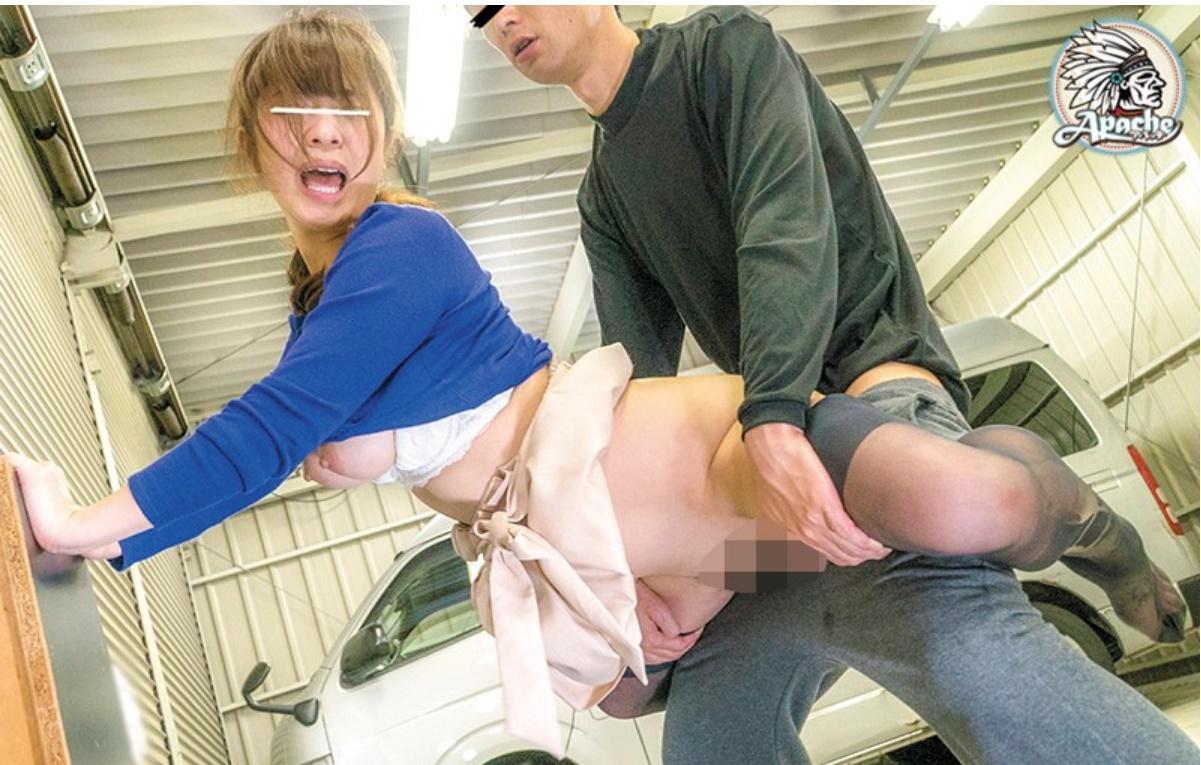 買い物帰りの若妻を倉庫でレイプ!連れ去り強制中出し強姦…!