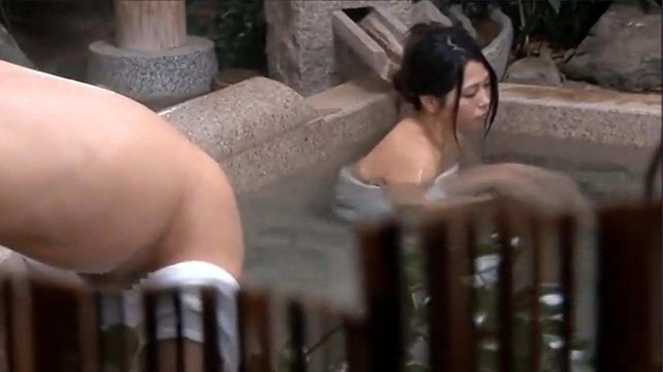 人妻が入浴中の温泉に侵入し寝取り中出し集団レイプ…!