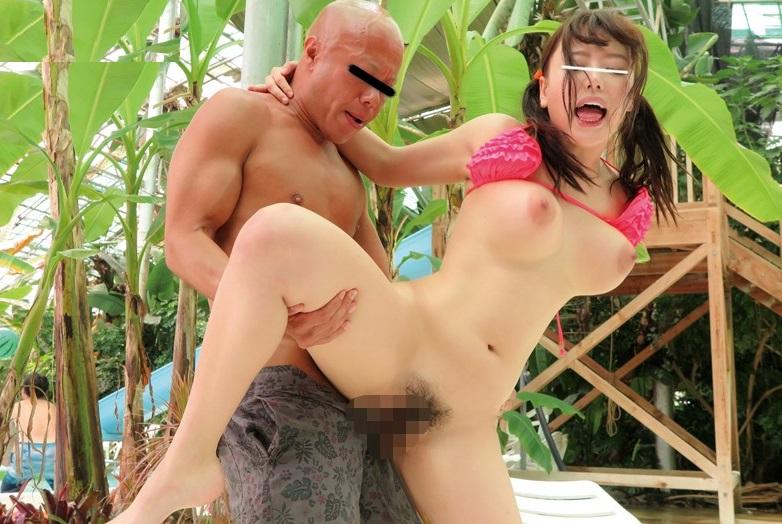 【中出しレイプ】プールで巨乳な水着娘を背後から襲い半野外中出し痴漢…!