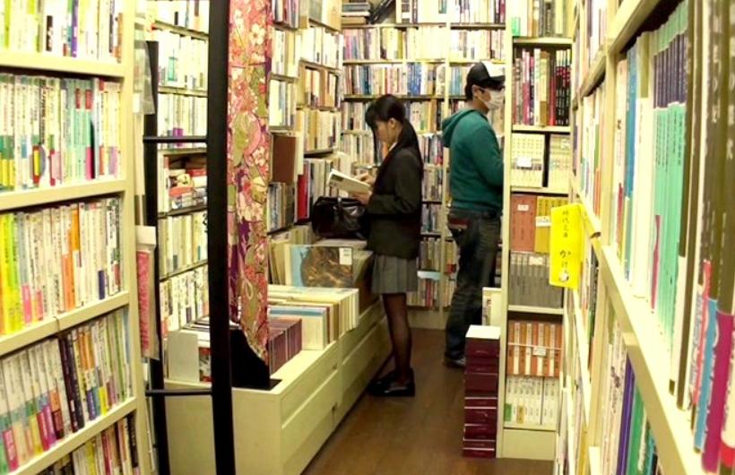 黒髪JKが本屋で立ち読み中に襲われ中出しレイプの餌食に…!