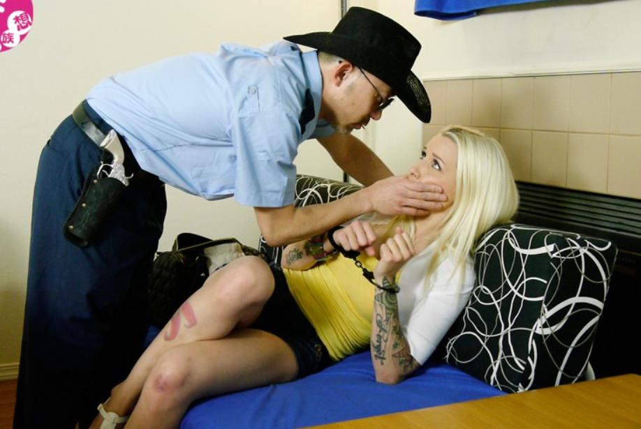 金髪白人巨乳JKが鬼畜警察官に脅され生ハメレイプの餌食に…!
