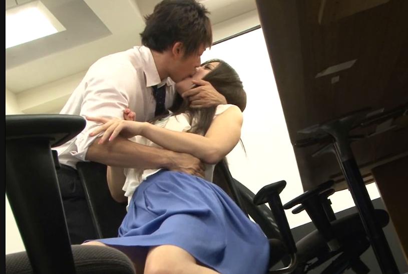 同僚のOLの腋に欲情しオフィスで強制キス!理性崩壊し仕事中にOLを生ハメレイプ…!