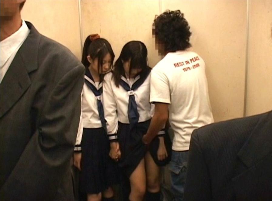 痴漢魔に狙われたJK二人組!バスで凌辱されエレベーター内で生ハメレイプの被害者に…!