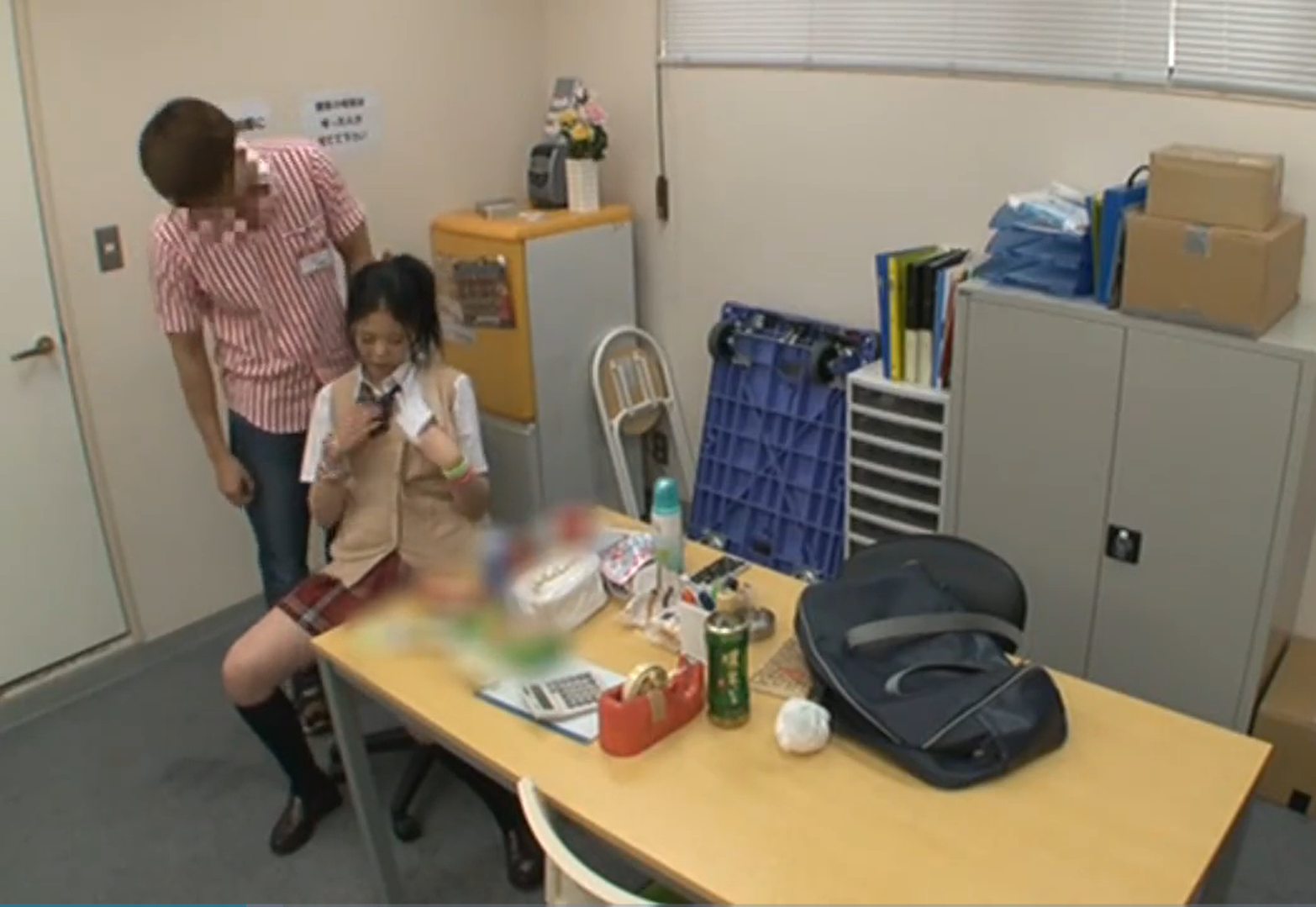 【JKレイプ】万引きを認めない生意気巨乳JKを脅し事務所で無理やり挿入生ハメ強姦…!