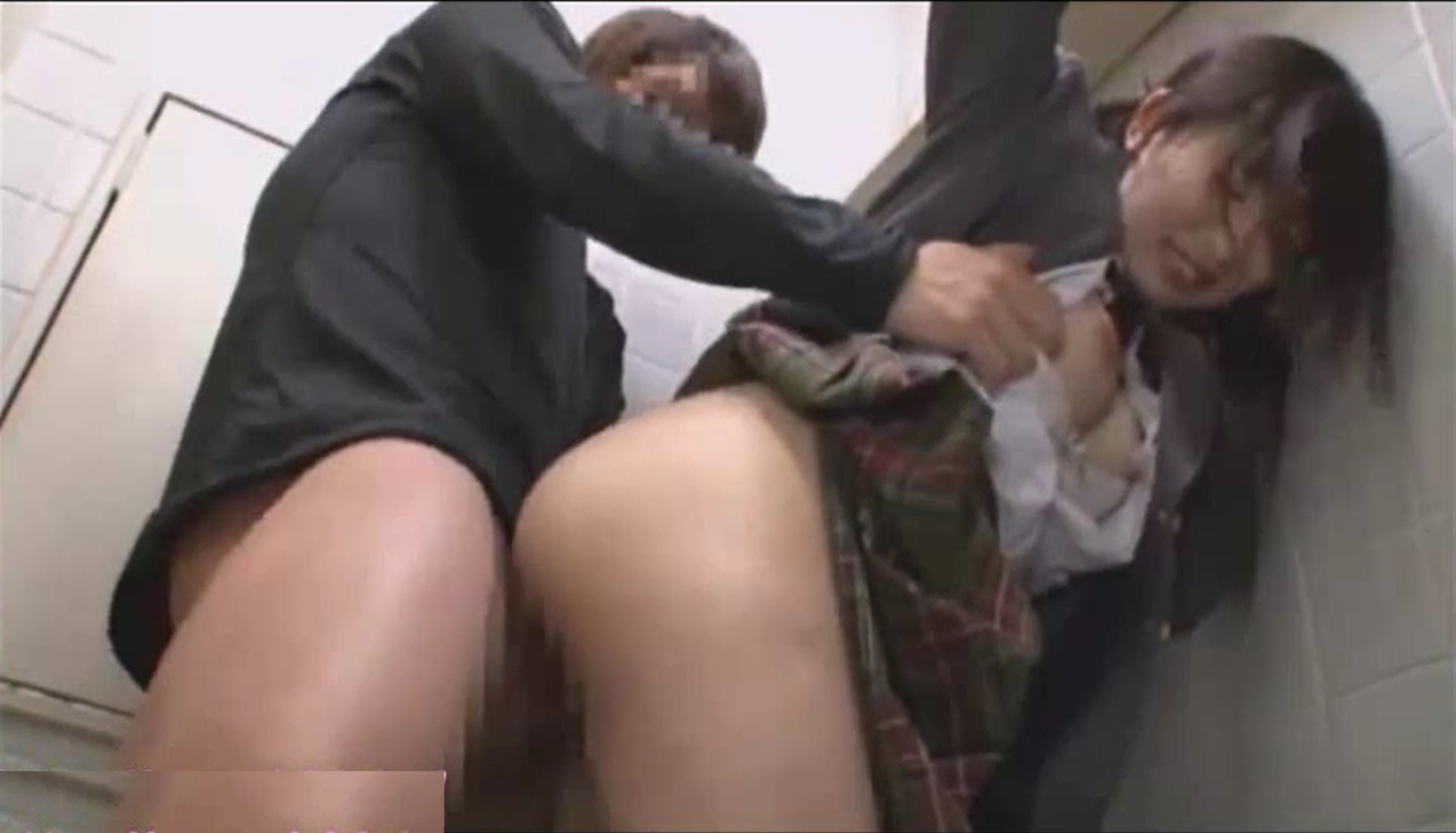 【※JKレイプ※】女子トイレで美少女JKを襲う!怯えるJKのアナルに生挿入し犯し尽す…!