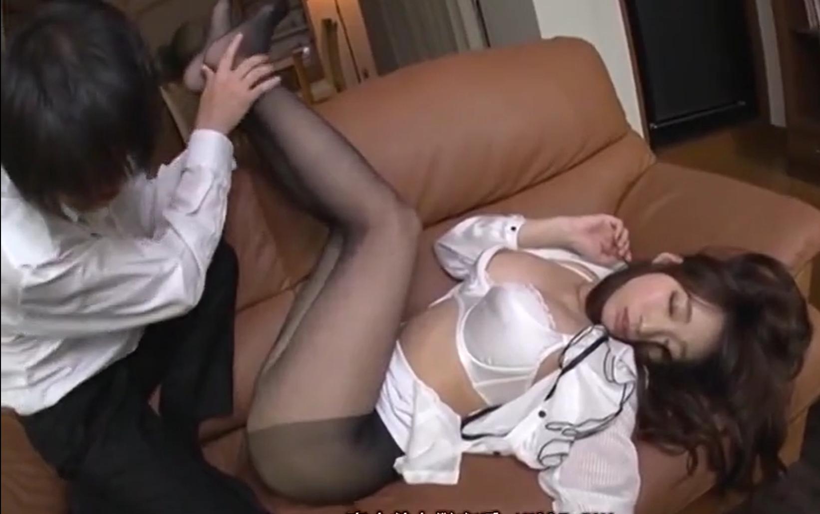 【※中出しレイプ※】美人同僚OLを眠らせ着衣のまま犯す!黒タイツを破き無理やり生挿入…!蓮実クレア