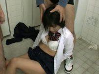 【※レイプ※】色白JKが犯罪グループに狙われ男子トイレで激しいイラマチオ&放尿ぶっかけ射精の餌食に…!阿部乃みく
