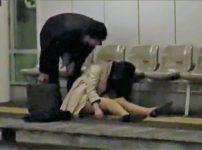【※中出しレイプ※】駅のホームで酔い潰れる美人OLを連れ去り着衣のまま多目的トイレで犯し尽す…!