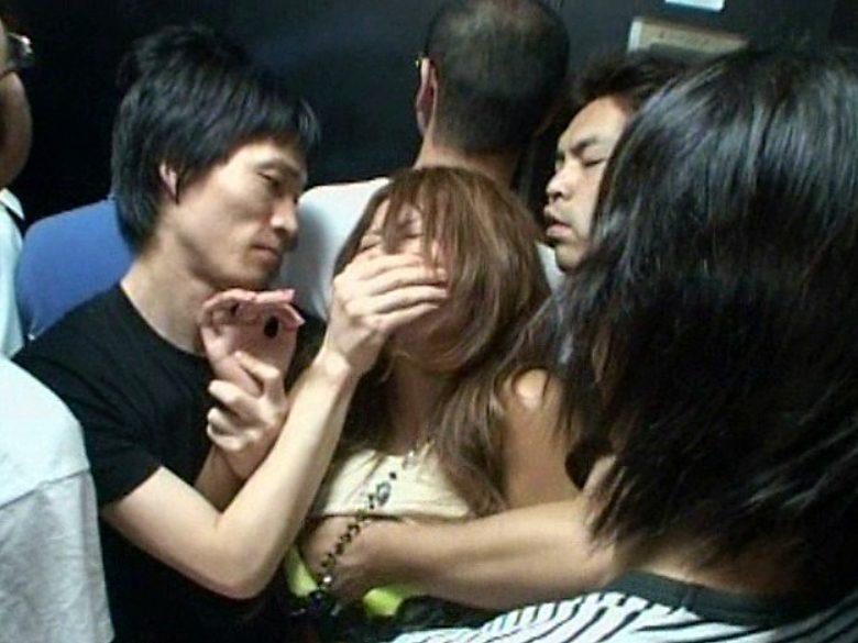 【※ギャルレイプ※】クラブで狙ったギャル女を集団で犯す!逃げ場無しのエレベーター内で痴漢輪姦…!