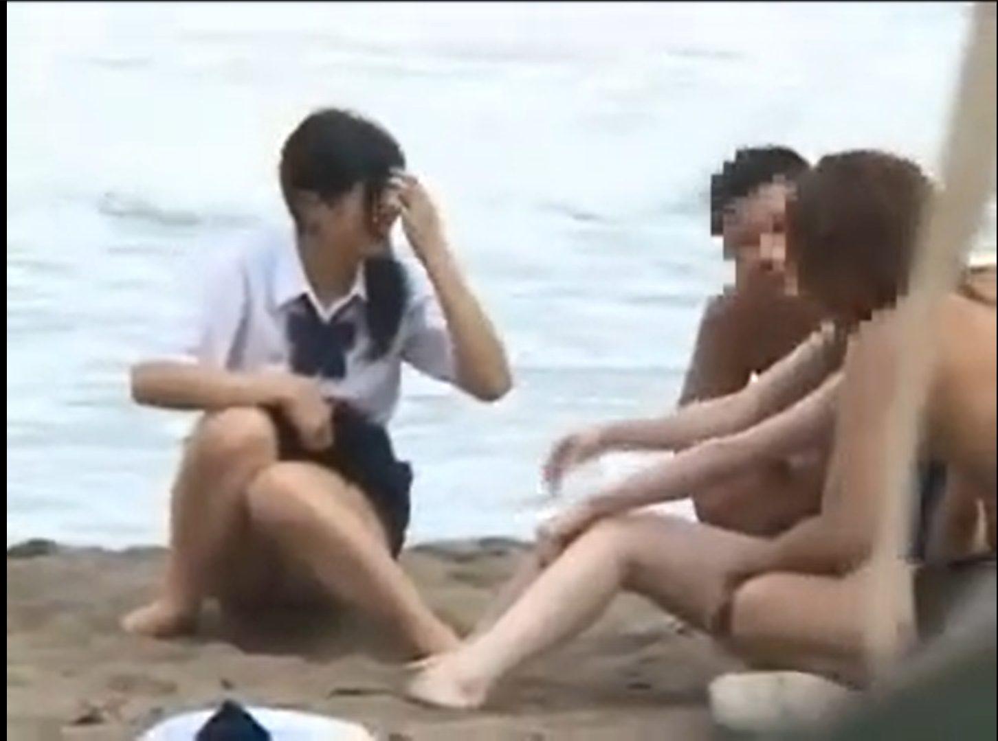 【※ガチ野外レイプ※】海辺で遊ぶJKを岩場の陰で制服のまま犯し尽す…!