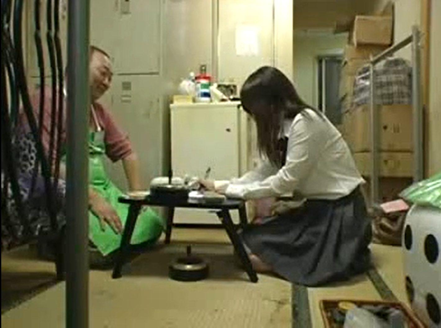 【※JKレイプ※】お嬢様学校のJKが万引き!ハゲ店主に脅され逃げられず生ハメの餌食に…!