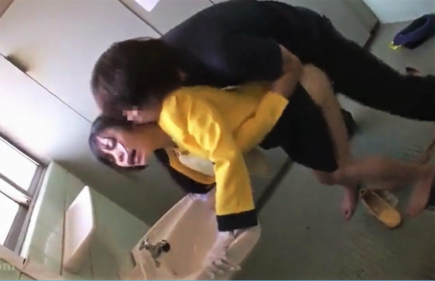 【※レイプ※】バスガイドを狙う痴漢男!トイレに連れ込み制服のまま激しく犯し尽す…!