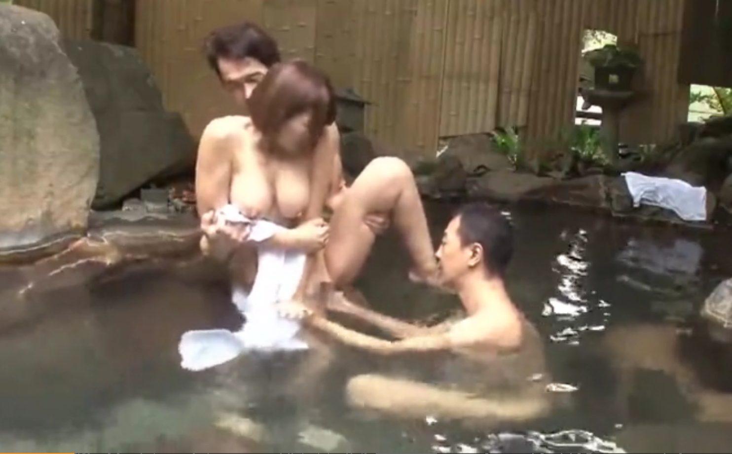 【※巨乳レイプ※】温泉で色白巨乳女を犯して中出し!媚薬で抵抗力を奪い逃げることも許さない…!