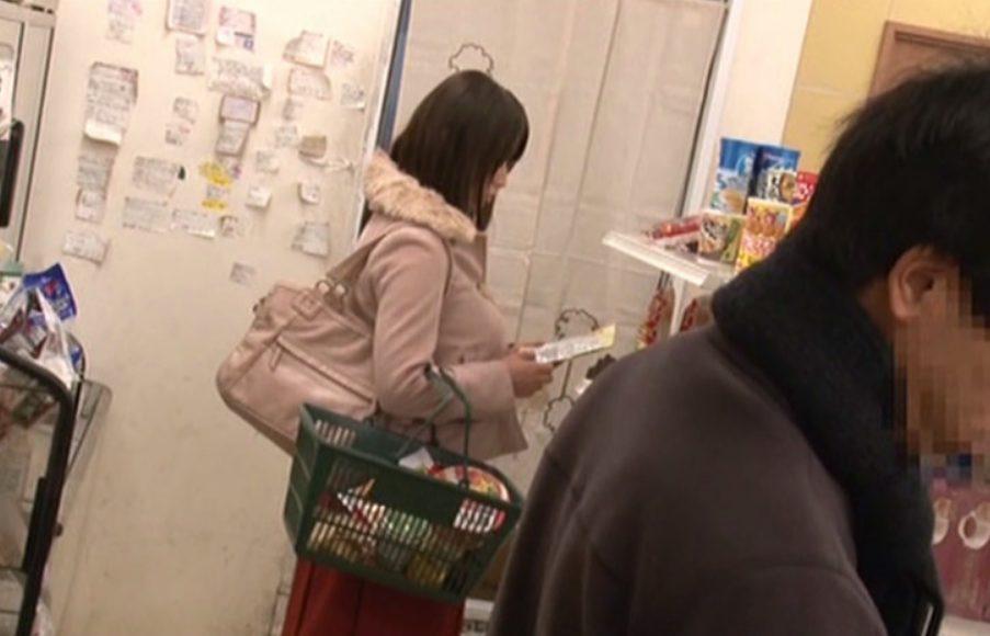 【※巨乳レイプ※】買い物中の巨乳人妻に痴漢レイプ!スーパーの店内で激しく犯し尽す…!