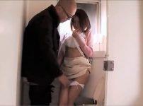 【※中出しレイプ※】コンビニで買い物中の女を襲う!トイレに連れ込み怯える女に無理やり中出しレイプ…!夏目優希