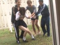 「離してっ…!!」雨に濡れた色白巨乳JKを集団レイプ!やめてと叫ぶむっちりな体に無理やり中出し…!